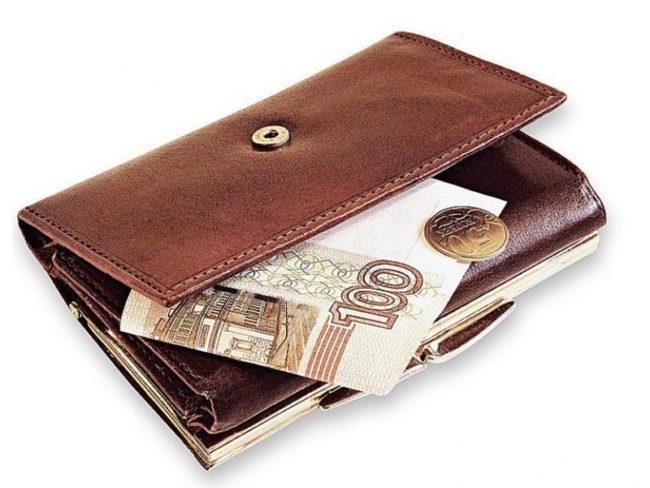 Кошелёк с деньгами на белом фоне