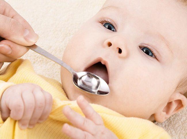 Дача лекарства новорождённому через ложечку