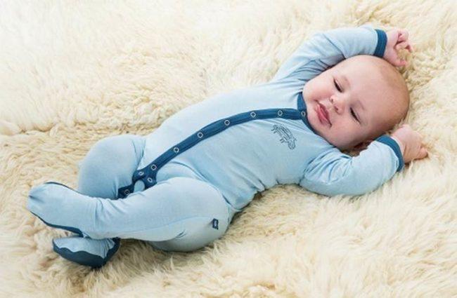 Новорождённый в синей одежде