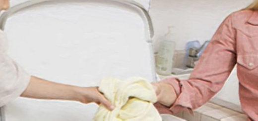 Мама и дети стирают вещи в стиральной машине