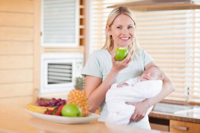 Кормящая мама с новорождённым на руках
