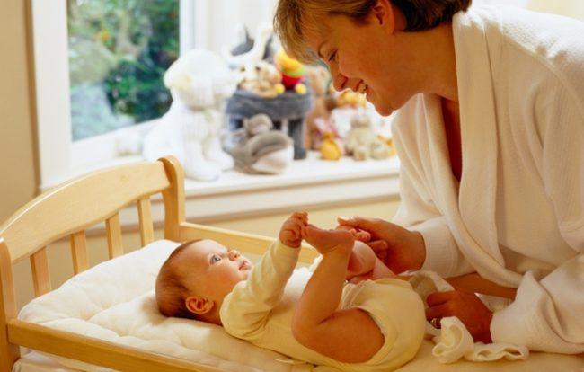 Новорождённый малыш и мама
