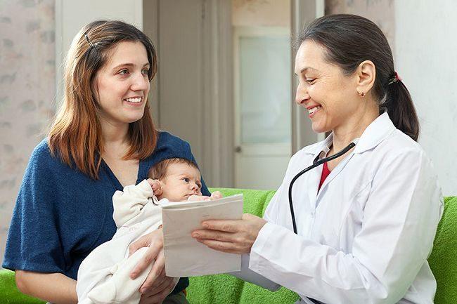 Кормящая мама с младенцем у врача
