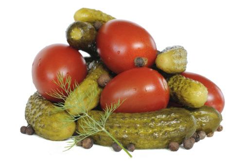 Маринованые огурцы и помидоры с чёрным перцем