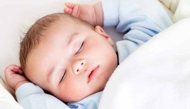 Спящий новорождённый с вытянутыми ручками