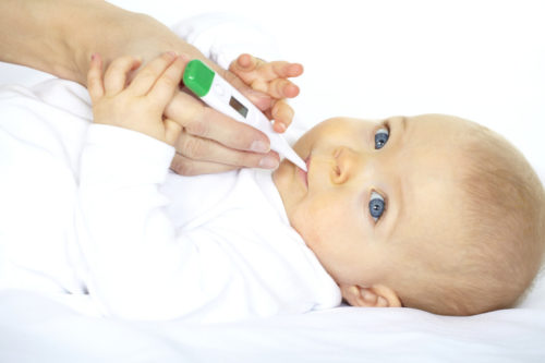 Новорождённому ребёнку измеряют температуру электронным градусником орально