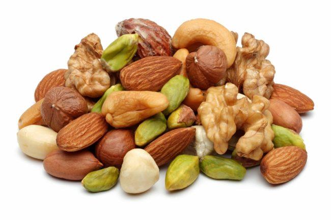 Орехи разнообразные на белом фоне