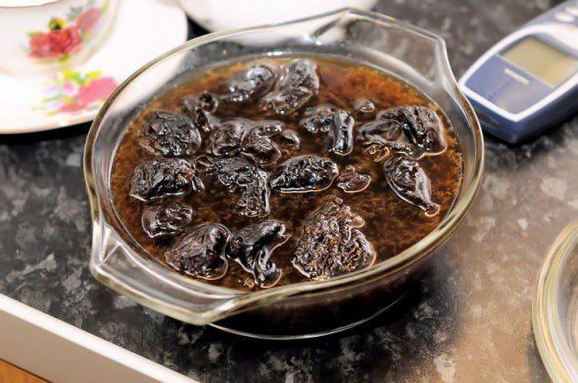 Отвар из чернослива в прозрачной посуде