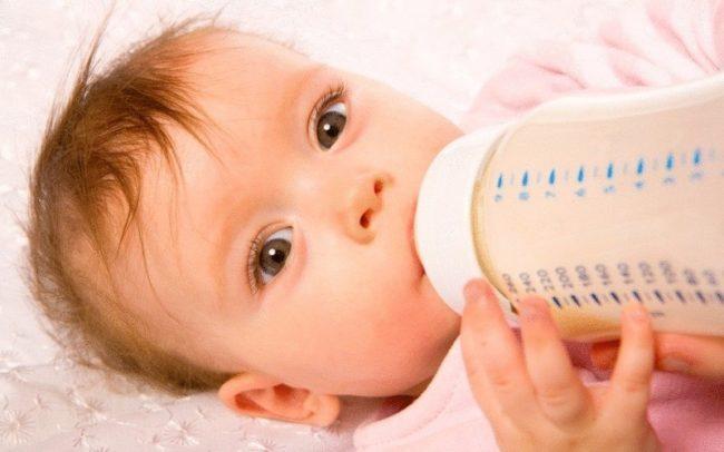 Питающийся новорождённый