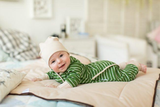 Зелёная полосатая пижама на младенце