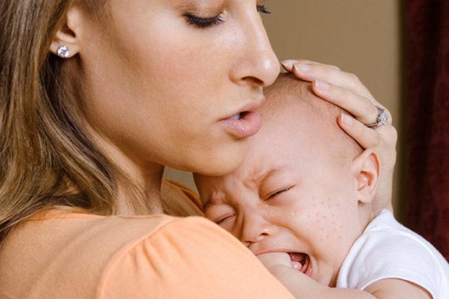 Новорождённый малыш на руках мамы