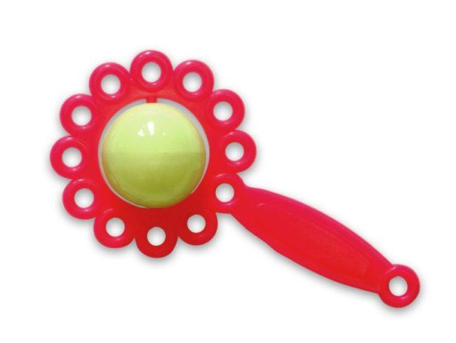 Погремушка красного цвета на белом фоне
