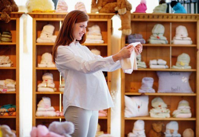 Покупка вещей в магазине и беременная женщина