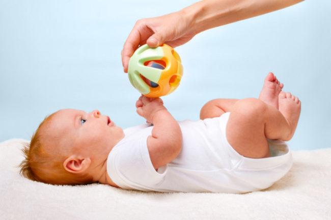 Заинтересованный игрушкой малыш