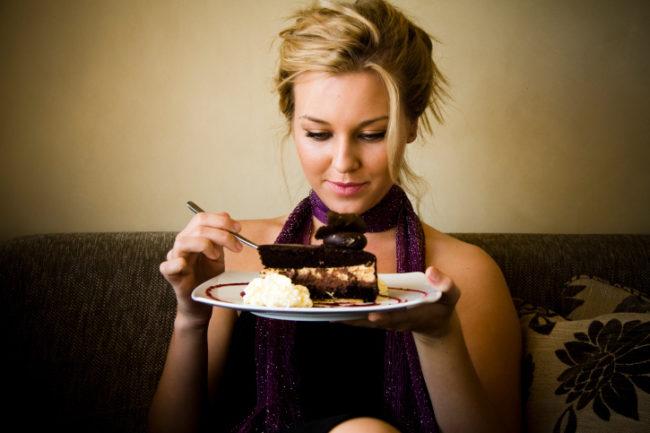 Женщина употребляющая сладкое