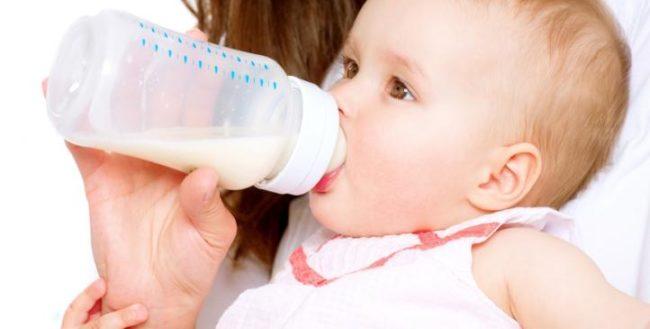 Кормление новорождённого искусственной смесью из бутылочки