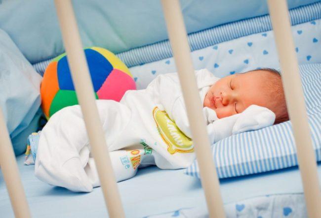 Спящий новорождённый малыш