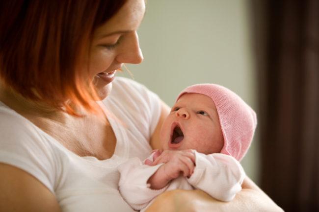Новорождённый на руках мамы