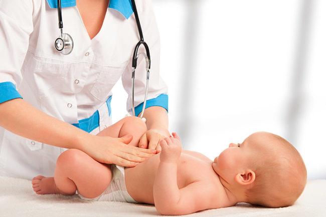Новорождённый ребёнок у врача