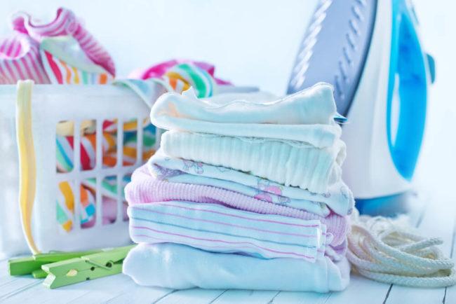 Вещи для новорождённого и утюг