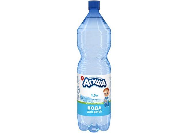 Детская вода в бутылке на белом фоне