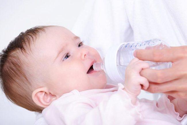 Вода в бутылочке для новорождённого