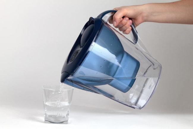 Отфильтрованная вода в стакане из кувшина