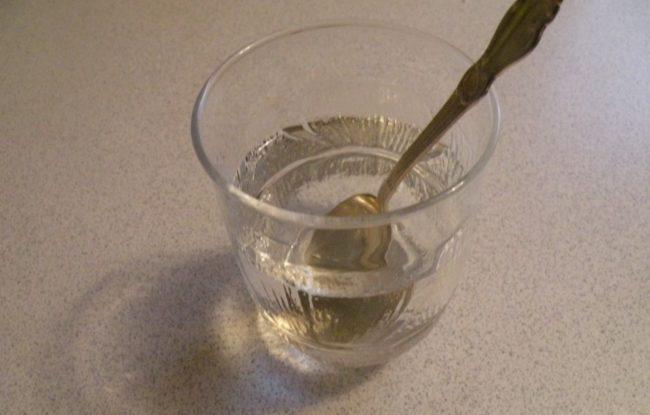 Ложка в прозрачном стакане с водой