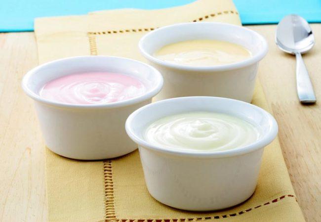 Йогурты в белых чашах на столе