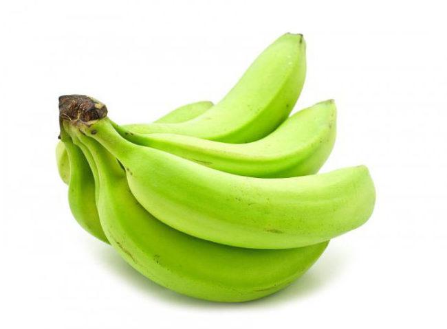 Зелёные бананы на белом фоне