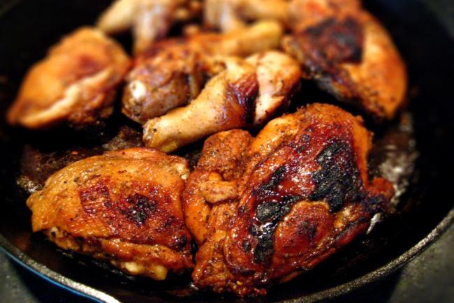 Жареная курица в сковороде
