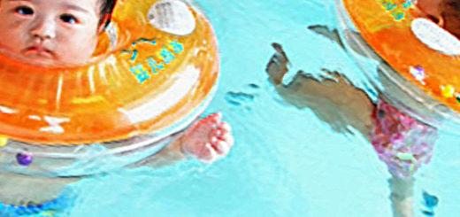 Новорождённые купаются с кругом на шее
