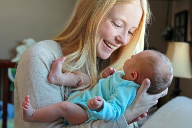 Мама и новорождённый малыш в возрасте один месяц