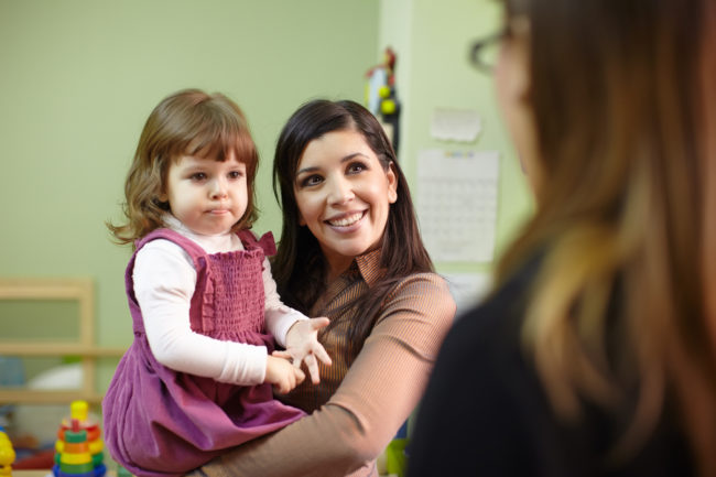 Ребёнок с мамой в детском саду