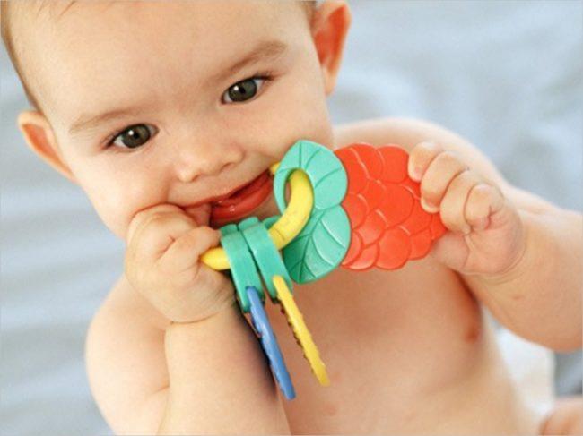 Новорождённый с игрушкой