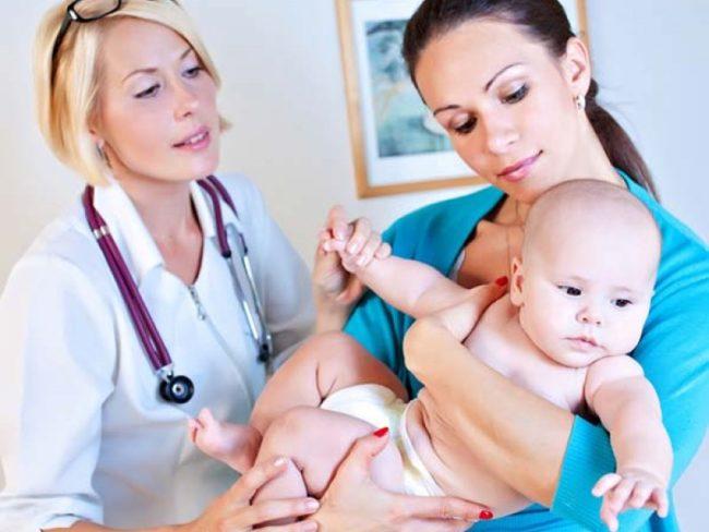 Мама с новорождённым у педиатра