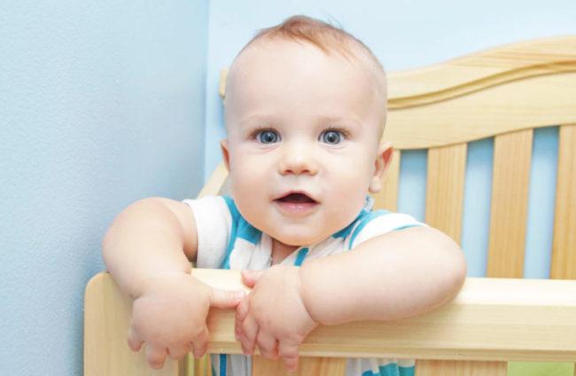 Новорождённый в кроватке