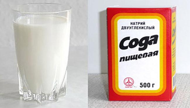 На белом фоне стеклянный стакан с молоком и упаковка с содой