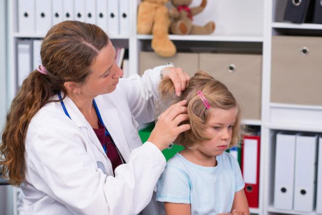 Визуальный осмотр головы ребёнка на предмет вшей и гнид врачом