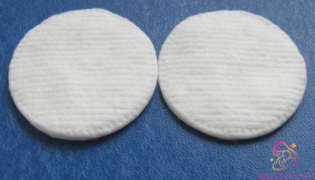 Дешевые ватные диски на синем фоне