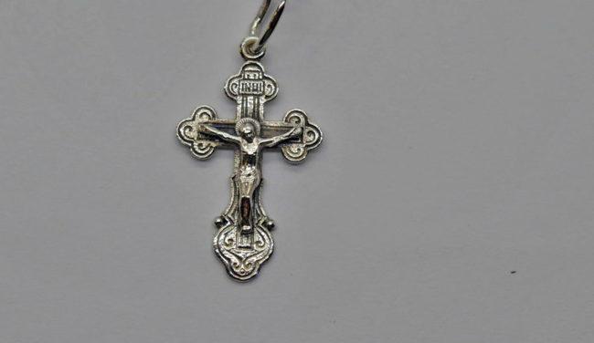 Серебряный крестик в составе которого есть примеси